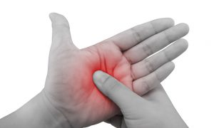 Artrite nos dedos: saiba como cuidar das mãos para evitar o enrijecimento das articulações