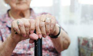 Evite quedas! Confira algumas dicas de como tornar sua casa mais segura para quem tem osteoporose