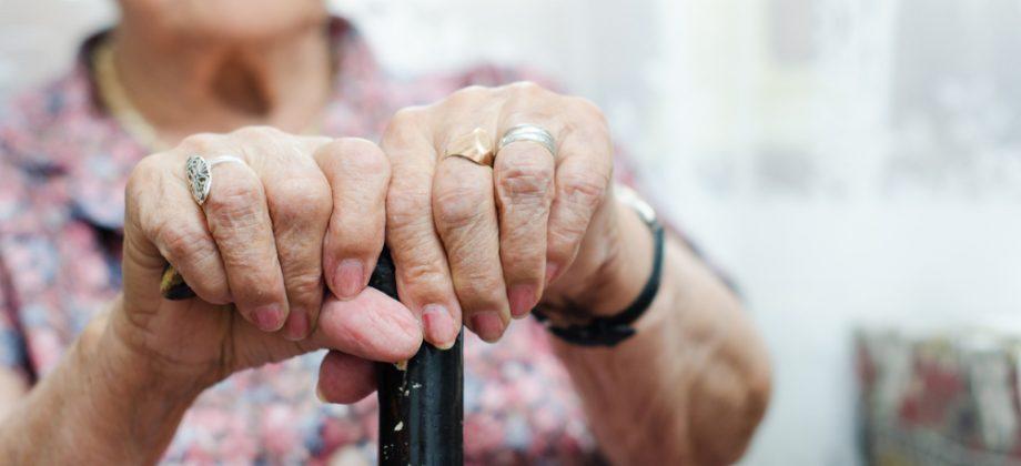 Imagem do post Evite quedas! Confira algumas dicas de como tornar sua casa mais segura para quem tem osteoporose