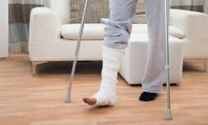 Qual a diferença de resistência entre um osso saudável e um com osteoporose?