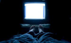 Dormir com a TV ligada ou alguma luz acesa pode agravar um quadro de insônia?
