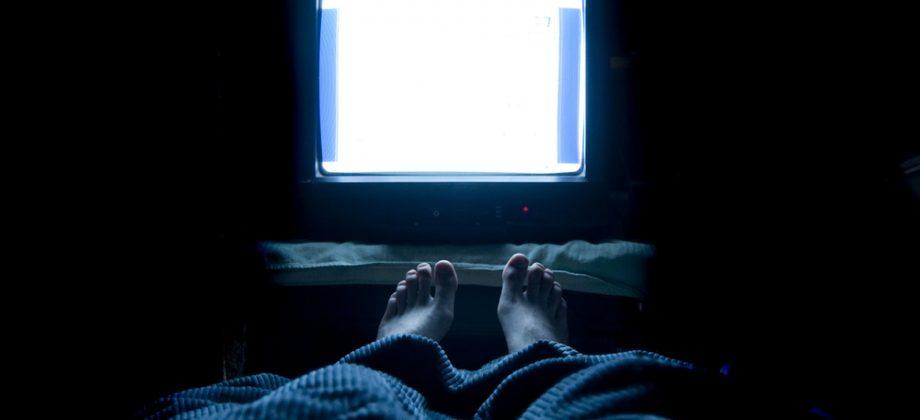 Imagem do post Dormir com a TV ligada ou alguma luz acesa pode agravar um quadro de insônia?