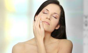 Hidratantes comuns podem ajudar a clarear manchas na pele?