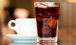Além do álcool, existem outros alimentos e bebidas que podem prejudicar a absorção de cálcio?