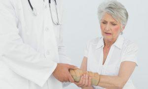 Como é o processo de recuperação de uma fratura em uma pessoa com osteoporose?