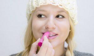 Entenda a importância de hidratar os lábios no clima mais frio e seco