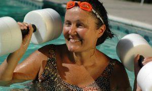 Quais exercícios e atividades são recomendadas para idosos com osteoartrite para melhora da qualidade de vida?