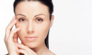 Como a vitamina C auxilia no processo de clareamento de manchas na pele?