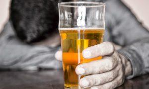 Entenda porque a depressão não tratada pode levar ao excesso de álcool e drogas