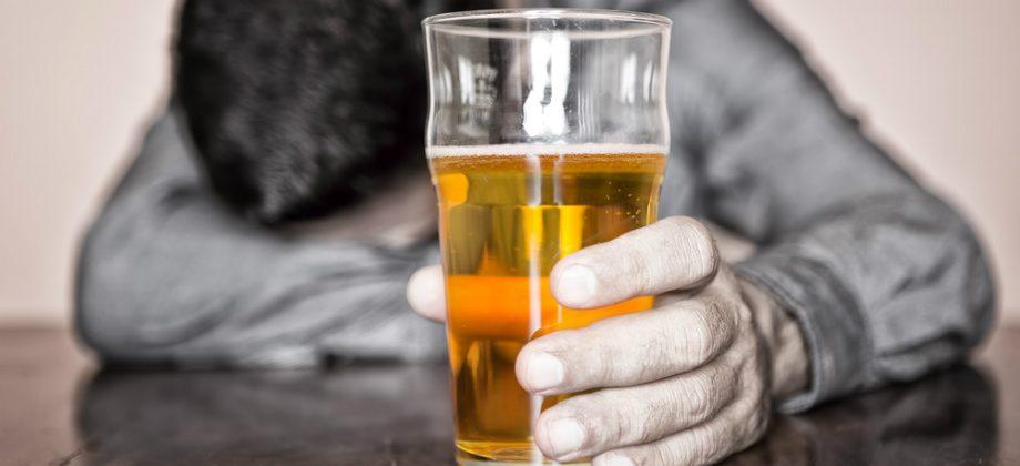 Imagem do post Entenda porque a depressão não tratada pode levar ao excesso de álcool e drogas
