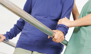 De que forma a fisioterapia pode auxiliar no combate à osteoporose?