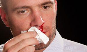 Por que a hipertensão descontrolada pode causar sangramentos nasais?