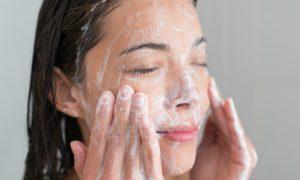 O uso de sabonete comum para lavar o rosto pode piorar a oleosidade da pele?
