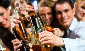 Álcool: beber cerveja ou vinho ajuda a dormir ou prejudica o sono?