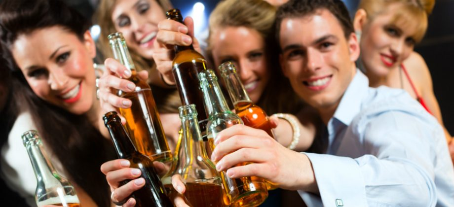 Imagem do post Álcool: beber cerveja ou vinho ajuda a dormir ou prejudica o sono?