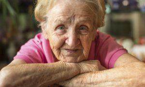 Por que idosos caucasianos costumam ter manchas escuras na pele?