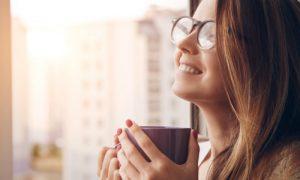 O consumo de cafeína pela manhã e pela tarde pode prejudicar o sono à noite?