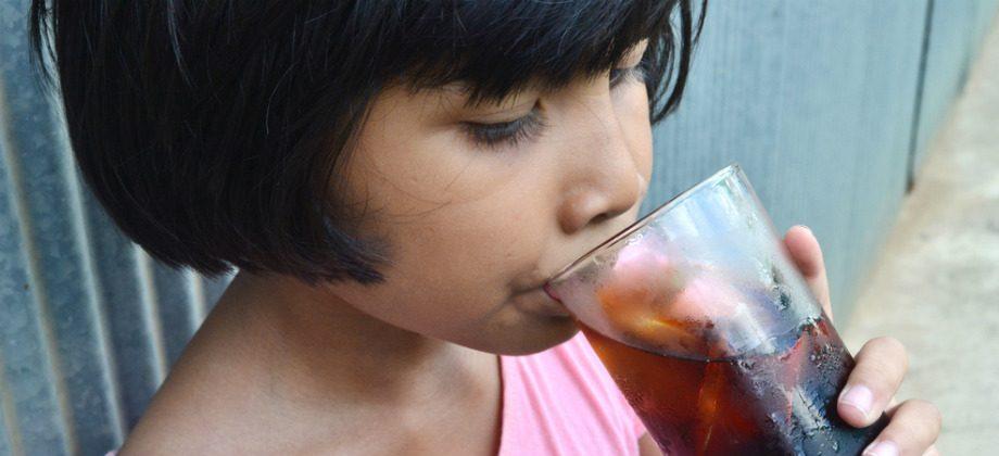Imagem do post Confira os riscos associados ao consumo em excesso de refrigerantes na infância