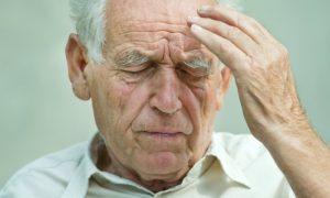 Qual é a relação da hipertensão com a demência na terceira idade?