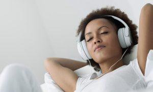 Dormir ouvindo música pode prejudicar a qualidade do sono?