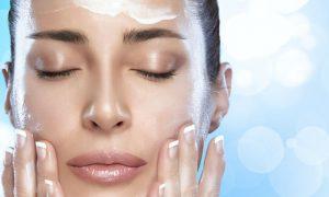 Quantas vezes é preciso hidratar a pele em um dia quente de verão?