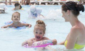 Quais são os perigos e os cuidados de compartilhar uma piscina durante o verão?