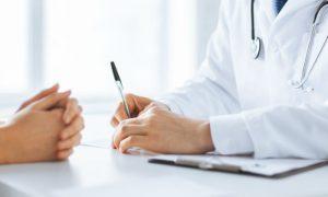 Qual é a melhor forma de escolher um médico para se consultar pela primeira vez?