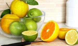 Qual o papel da vitamina C na síntese de colágeno?