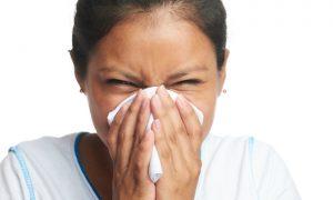 Assoar o nariz pode fazer mal? Especialista aponta os riscos do procedimento!