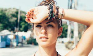 Qual é a melhor maneira de se proteger do sol nos blocos de rua no Carnaval?