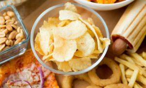 Quais alimentos comuns na mesa do brasileiro contribuem para hipertensão?