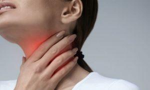 Como os anti-inflamatórios agem no tratamento da dor de garganta?