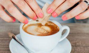 Pouco açúcar ou adoçante? Qual é a melhor opção para emagrecer?
