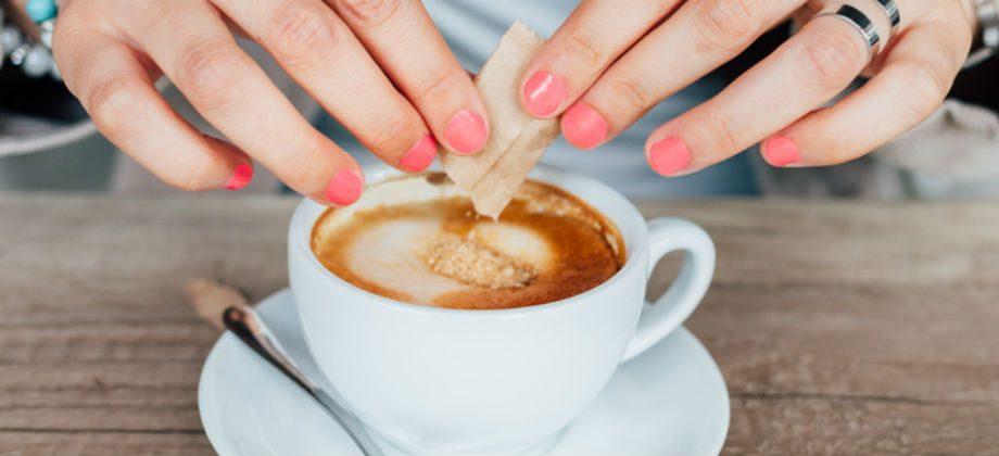 Imagem do post Pouco açúcar ou adoçante? Qual é a melhor opção para emagrecer?