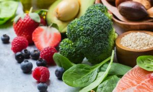 Qual a diferença entre uma vitamina lipossolúvel e uma vitamina hidrossolúvel?