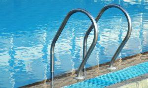 O herpes pode ser transmitido em uma piscina pública?