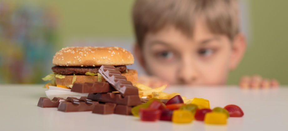 Imagem do post Quais são os principais alimentos vilões para o crescimento saudável de uma criança?