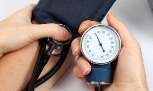 Sem sintomas, professora aposentada descobre que é hipertensa em consulta de rotina