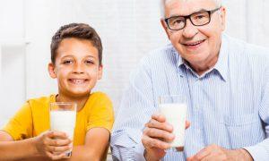 Por que a quantidade de cálcio varia de acordo com a idade e o gênero?