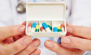 Qual é a importância da manutenção do medicamento na esquizofrenia?
