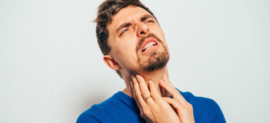 Imagem do post Coçar a garganta pode causar dor e problemas mais sérios?
