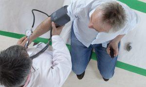 O que é mais perigoso: Um pico de pressão alta ou de pressão baixa? Por quê?