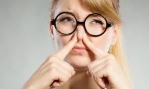 Nariz entupido: Inspirar o muco nas vias nasais pode trazer riscos?