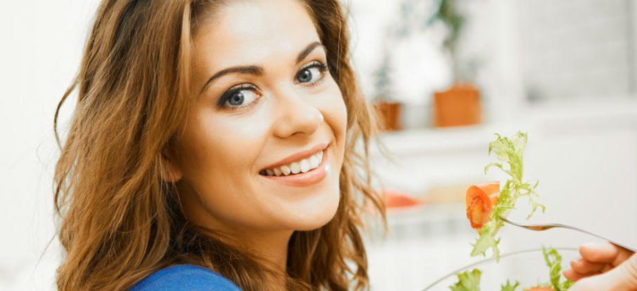 Imagem do post Quais são cuidados com a alimentação que podem ajudar a ter uma pele mais jovem?
