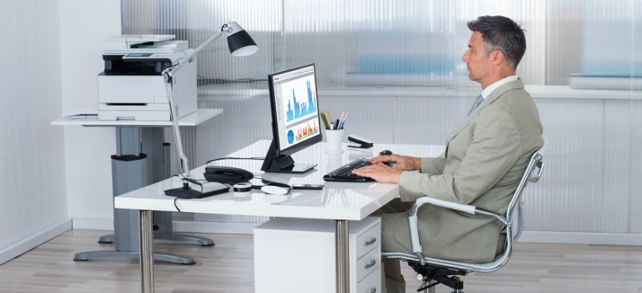 Imagem do post Hemorroidas: A forma de sentar na cadeira pode agravar o quadro de quem sofre com a doença?