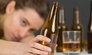 Depressão e cerveja: hábito de beber pode piorar o estado da doença?