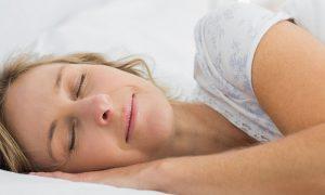 Estou com gases e sem dormir: qual é a melhor posição para pegar no sono?