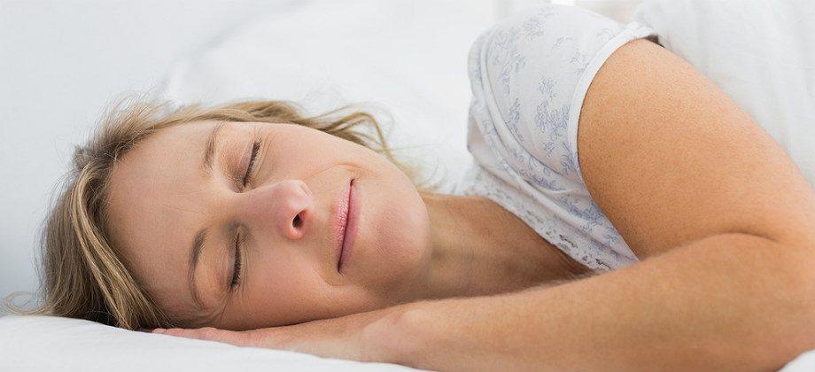 Imagem do post Estou com gases e sem dormir: qual é a melhor posição para pegar no sono?