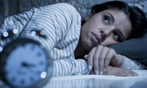 Preciso dormir e não consigo: o que fazer para tentar pegar no sono?