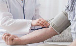 A partir de que idade começam a surgir os primeiros sinais da hipertensão descontrolada?